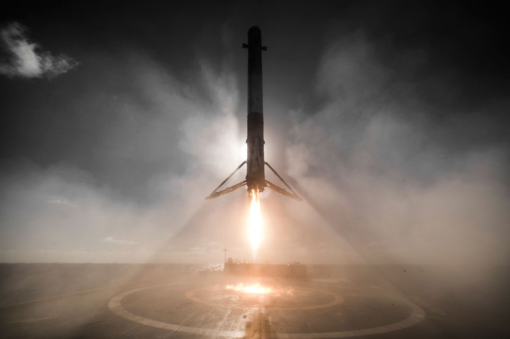 14 Amazing HQ Photos from SpaceX's Successful Launch and Landing