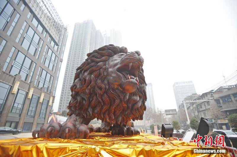 lion carved from single tree trunk by dengding rui yao 10 Incredible Wooden Lion Carved from a Single Tree (11 photos)