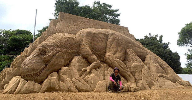 Toshihiko Hosaka Creates Incredible Things Out ofSand