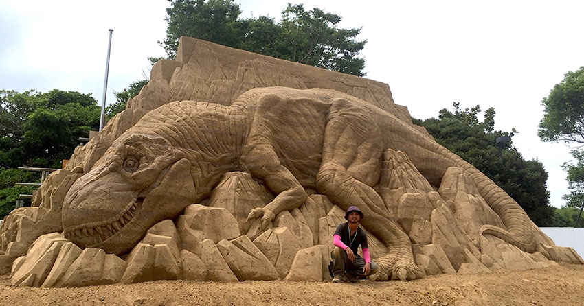 Toshihiko Hosaka Creates Incredible Things Out of Sand