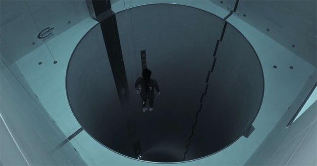 La presión atmosférica tiene una seria competeencia, la presión del agua. Hay que distinguir en buceo dos tipos de presión: la atmosférica (El peso del aire sobre la superficie del agua) y la hidrostática (el peso del agua sobre el submarinista), La suma de las dos presiones parciales nos da la absoluta, que es la que nos afecta. Cuando nos metemos bajo el agua experimentamos un aumento de presión (la correspondiente al peso del agua que hay sobre nosotros) cada vez mayor cuanta más profundidad alcancemos. A esta presión hidrostática se sumará la presión del aire sobre la superficie del agua. Sabiendo que una columna de agua de 10 m. de altura y 1 cm2 de sección contiene un litro de agua, y que éste pesa aproximadamente 1 Kg., obtendremos fácilmente que la presión ejercida por el agua en la base de dicha columna es de 1 Kg./cm2, es decir, 1 Atmósfera. Podemos decir que por cada diez metros de profundidad que el buceador desciende, la presión a que está sometido aumenta 1 Atmósfera. A    0    metros    (en superficie y a nivel del mar)    1    at. A    10    metros    (bajo el agua)  2    at. A    20    metros    (bajo el agua) 3    at. A    30    metros    (bajo el agua)   4    at. A    40    metros    (bajo el agua) 5    at.. Pues el señor Guillaume Néry bajó esos 40 metros de profundidad en una piscina en apnea (sin soporte de bombonas)...¡Imposible! ¡No hay piscinas tan profundas!...¡Pues si!. Ubicada en Italia, tiene una altura de 12 plantas bajo la tierra (-40 metros) y es llenada con 2,5 millones de litros de agua de manantial filtrada. Es, por tanto la más profunda del mundo.  La verdad es que da un poco de claustrofobia...