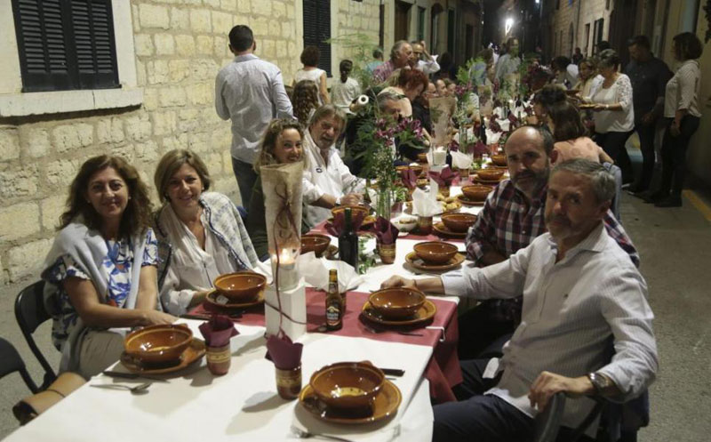 every year this entire town shuts down to have dinner together in the streets 1 Every Year this Entire Town Shuts Down to Have Dinner Together in the Streets