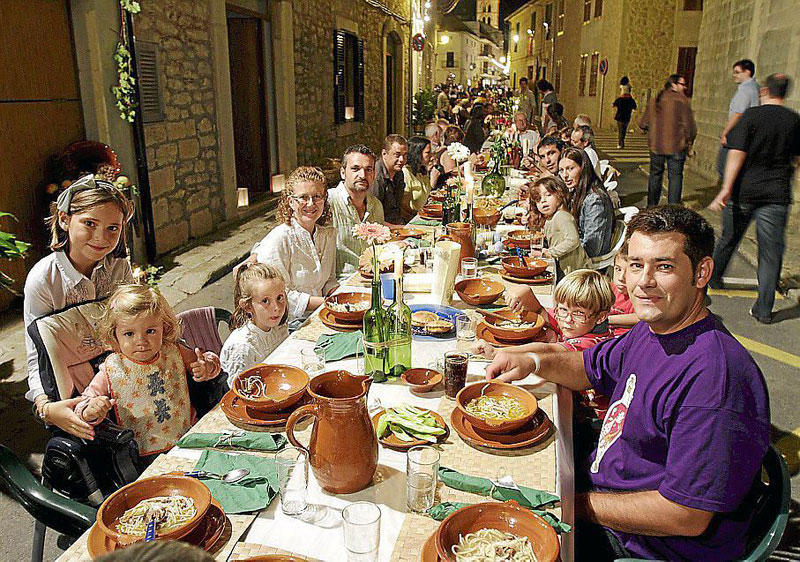 every year this entire town shuts down to have dinner together in the streets 3 Every Year this Entire Town Shuts Down to Have Dinner Together in the Streets