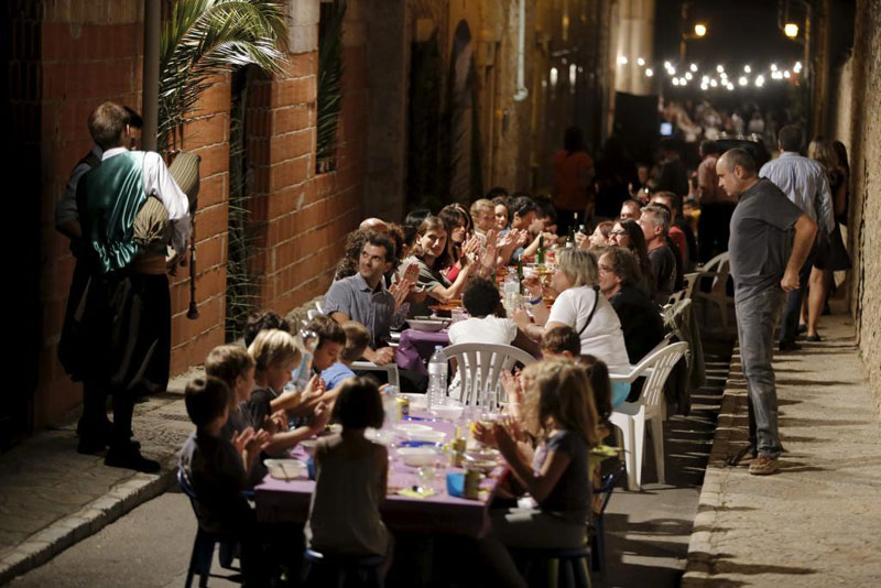 every year this entire town shuts down to have dinner together in the streets 5 Every Year this Entire Town Shuts Down to Have Dinner Together in the Streets