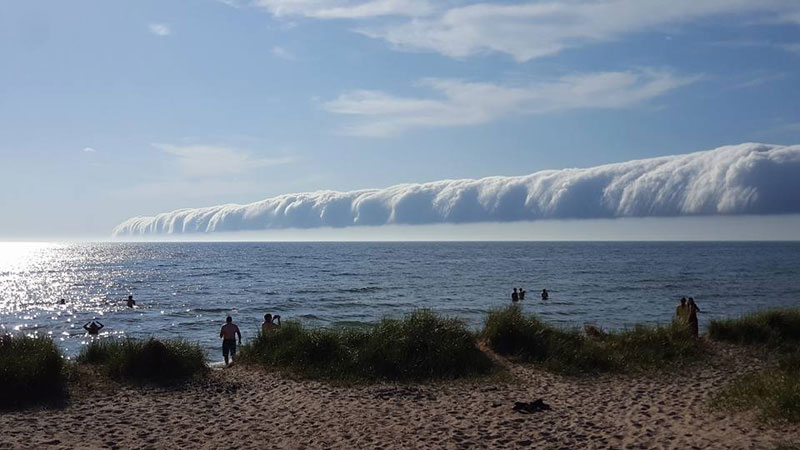 morning glory roll cloud over lake michigan 5 If You Get the Chance to See a Morning Glory Cloud, Do It