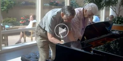 90-Year-Old Couple Play Impromptu Piano Duet in Mayo Clinic Lobby