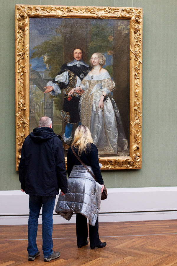 people matching painting they are looking at stefan draschan 23 25 Times People Matched the Painting They Were Looking At