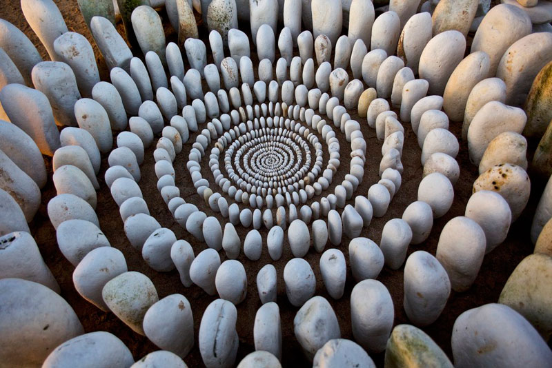 james blunt arranges natural objects into ephemeral patterns and designs 21 Artist Arranges Natural Objects Into Ephemeral Patterns and Designs