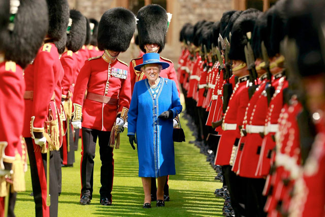 photoshopping trumps face onto the queens 13 This Woman Cant Stop Photoshopping Trumps Face Onto the Queens (Top 50)