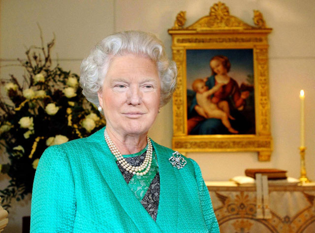 photoshopping trumps face onto the queens 40 This Woman Cant Stop Photoshopping Trumps Face Onto the Queens (Top 50)