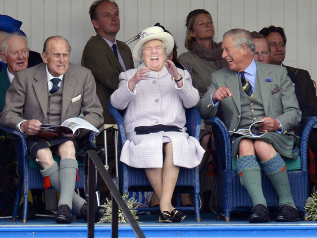 photoshopping trumps face onto the queens 5 This Woman Cant Stop Photoshopping Trumps Face Onto the Queens (Top 50)