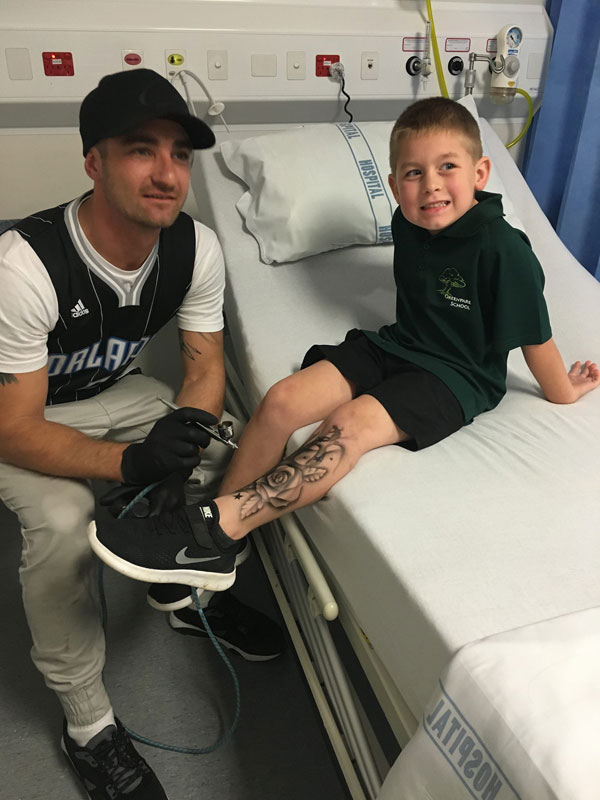 tattoo artist benjamin lloyd gives kids at hospital temporary tats 5 Artist Gives Kids Temporary Tats to Try to Make Hospital Life More Fun