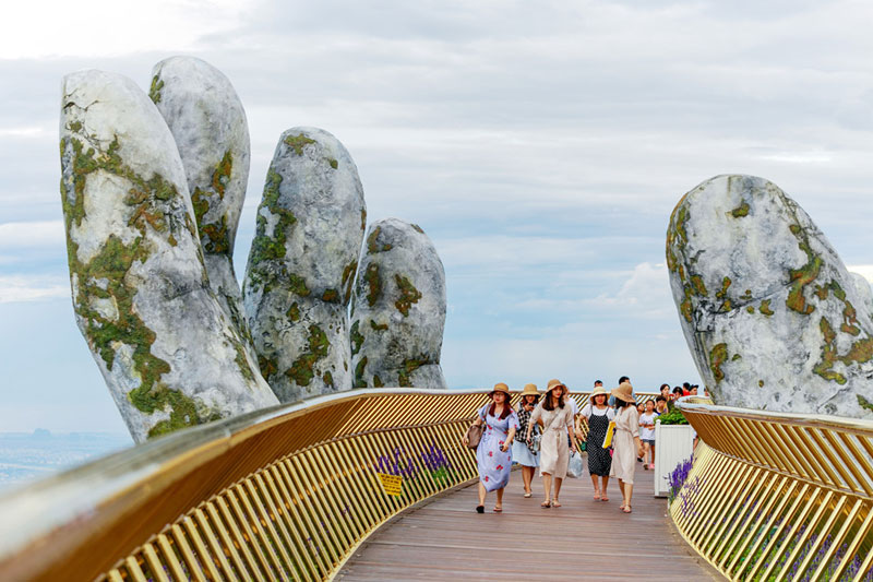 giant hands holding up golden bridge on ba na hills da nang vietnam 5 Giant Hands Raise Bridge in Vietnam to the Sky