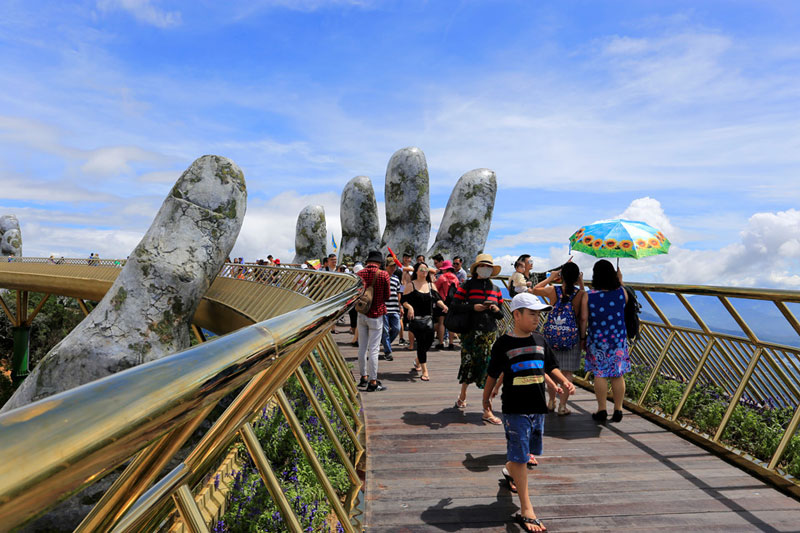 giant hands holding up golden bridge on ba na hills da nang vietnam 8 Giant Hands Raise Bridge in Vietnam to the Sky
