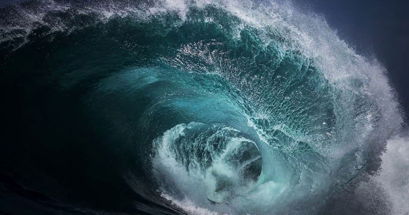 Infinite Loops of Crashing Waves Made from SinglePhotographs