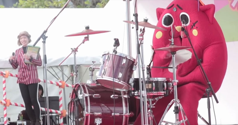 Guy in Giant Apple Cat Costume Absolutely Slays Drum Routine