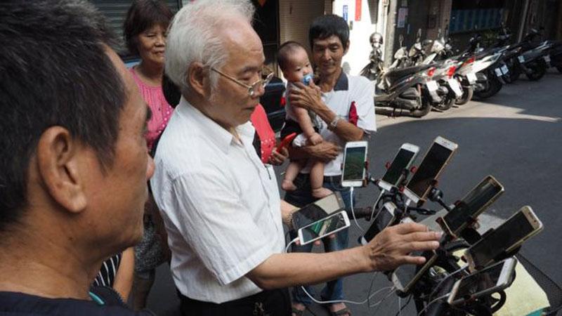 Дядя Покемон, 70-летний геймер, который играет в покемонов, иди на 11 телефонов 1 Дядя Покемон, 70-летний геймер, который играет в покемонов, иди на 11 телефонов