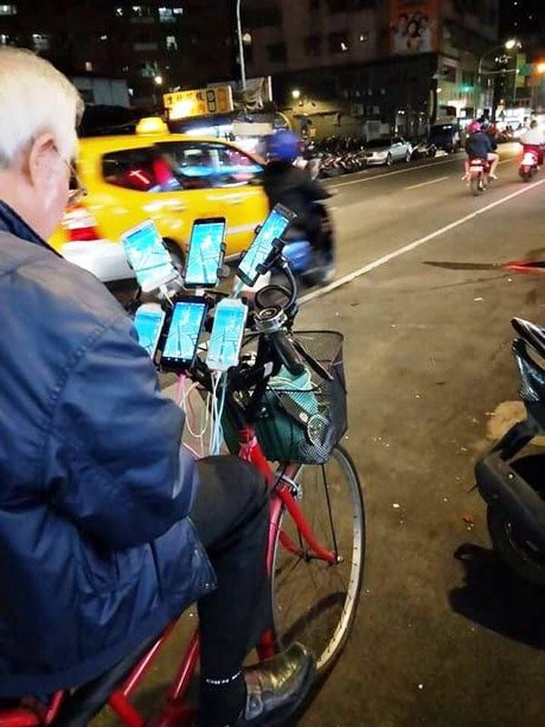 Дядя Покемон, 70-летний геймер, который играет в Pokemon Go на 11 телефонах 3 Дядя Покемон, 70-летний игрок, который играет в Pokemon Go на 11 телефонах