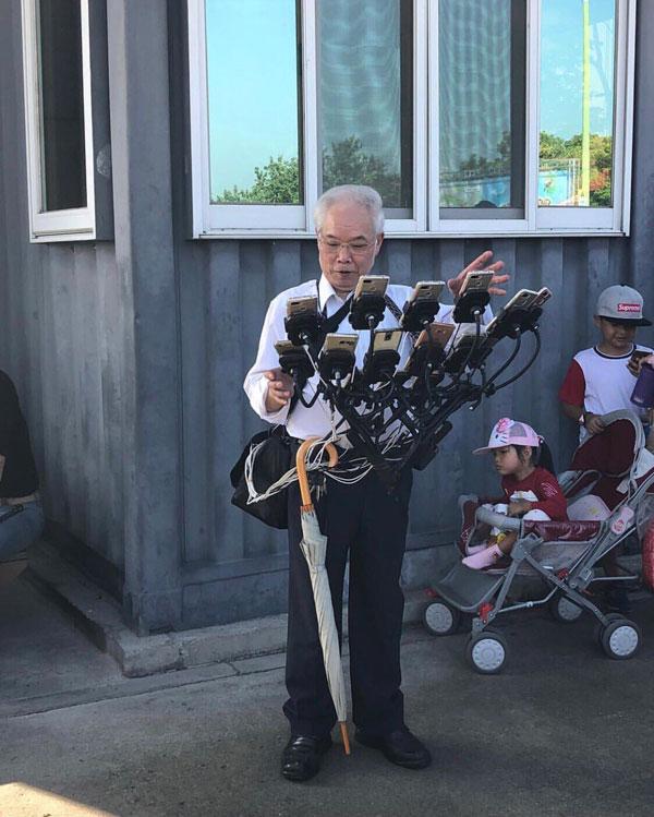 Дядя Покемон, 70-летний геймер, который играет в покемонов, иди на 11 телефонов 5 Дядя Покемон, 70-летний геймер, который играет в покемонов, иди на 11 телефонов