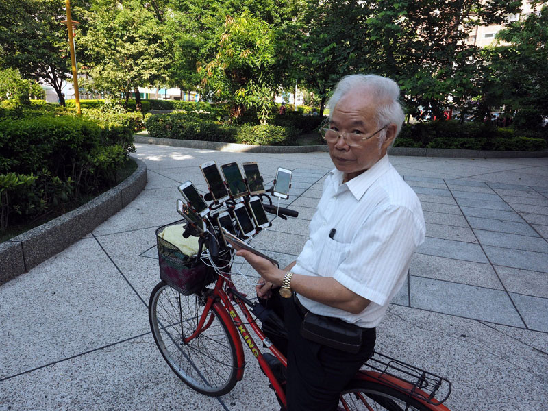 Дядя Покемон, 70-летний геймер, который играет в покемонов, иди на 11 телефонов 6 Дядя Покемон, 70-летний геймер, который играет в покемонов, иди на 11 телефонов