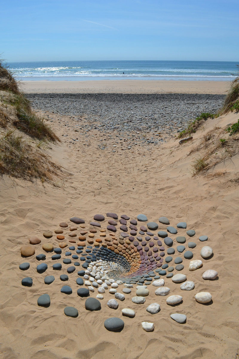 beach stone land art by jon foreman 10 Combing the Beach for Stones and Reorganizing Them Into Something Beautiful