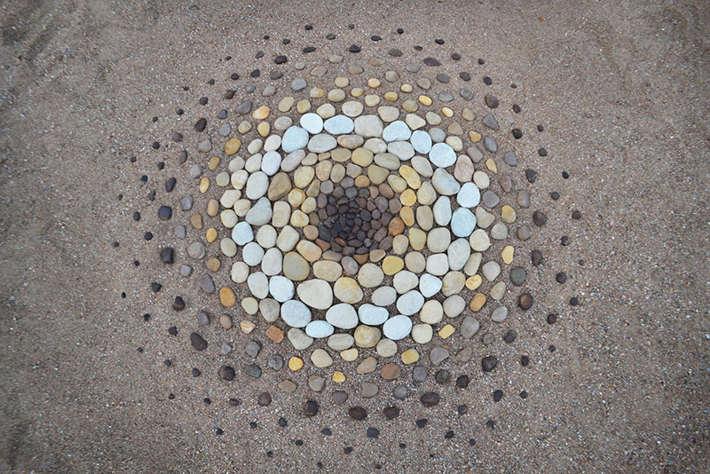beach stone land art by jon foreman 18 Combing the Beach for Stones and Reorganizing Them Into Something Beautiful