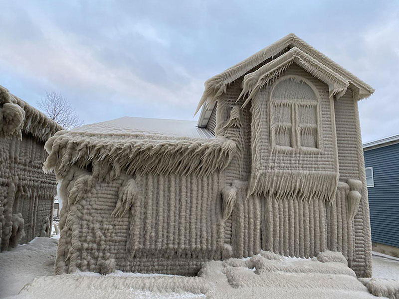 gale force winds along lake erie turned these houses into ice castles 2 Gale Force Winds Just Turned These Lake Erie Houses Into Ice Castles