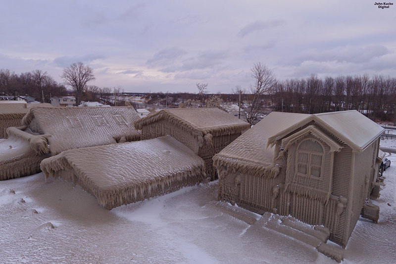 gale force winds along lake erie turned these houses into ice castles 5 Gale Force Winds Just Turned These Lake Erie Houses Into Ice Castles