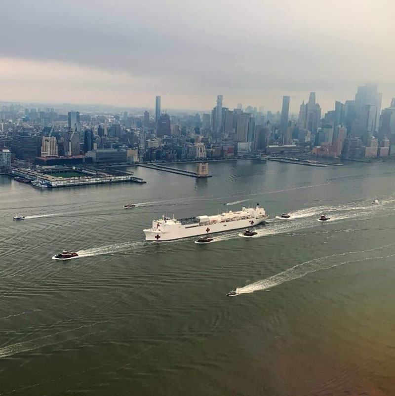large crowds gather in new york to watch arrival of us navy hospital ship 2 Large Crowds Gather in New York to Watch Arrival of US Navy Hospital Ship