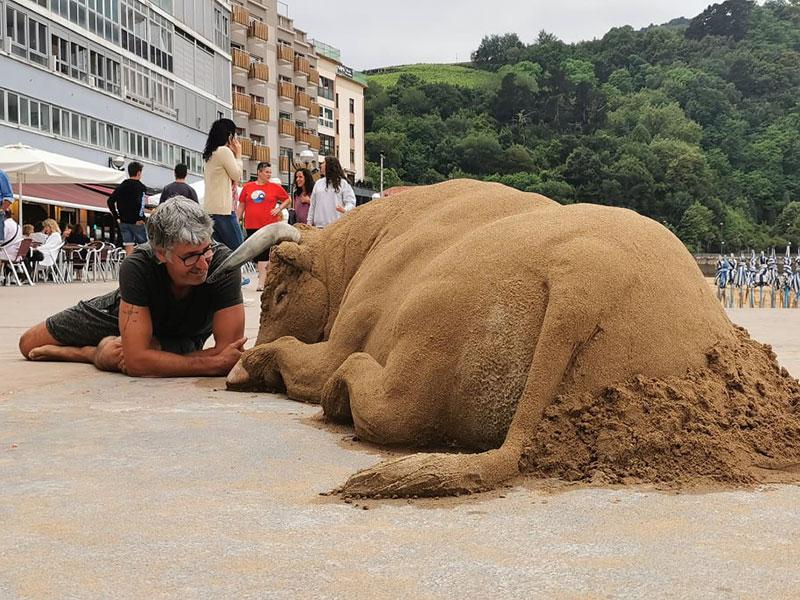 realistic bull sand sculpture by andoni bastarrika 5 This Amazingly Realistic Sand Sculpture by Andoni Bastarrika